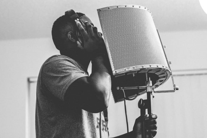 How do You Use a Mic Isolation Shield